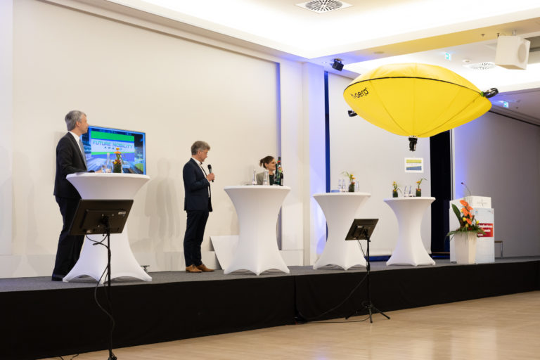 h-aero, ein Elektroflugzeug des Baden-Badener Start-ups Hybrid- Airplane, überreicht Dr. Mentrup den Namen des Gewinners. (Quelle: TechnologieRegion Karlsruhe GmbH)